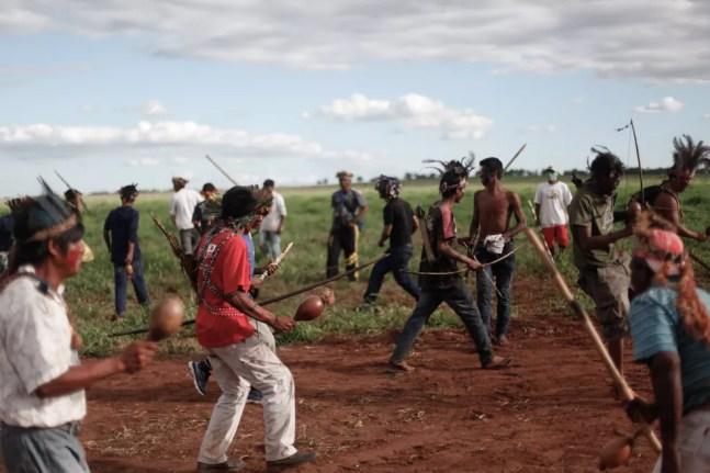 Indígenas Guarani-kaiowá em retomada de terras. — Foto: Ruy Sposati