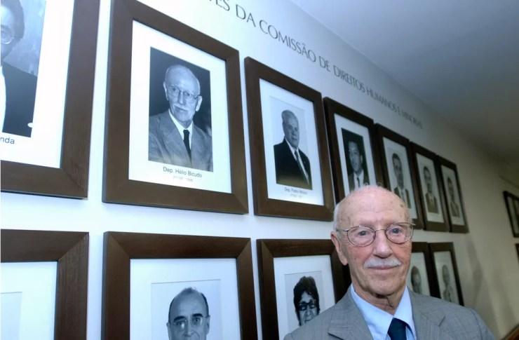 Hélio Bicudo posa em frente à Galeria dos Ex-presidentes da Comissão de Direitos Humanos e Minorias na Câmara dos Deputados, em Brasília (Foto: Luiz Alves/Câmara dos Deputados)