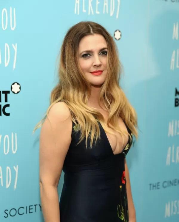Drew Barrymore com um decote ousado na pré-estreia de 'Já Sinto Saudade' (Foto: Getty Images)