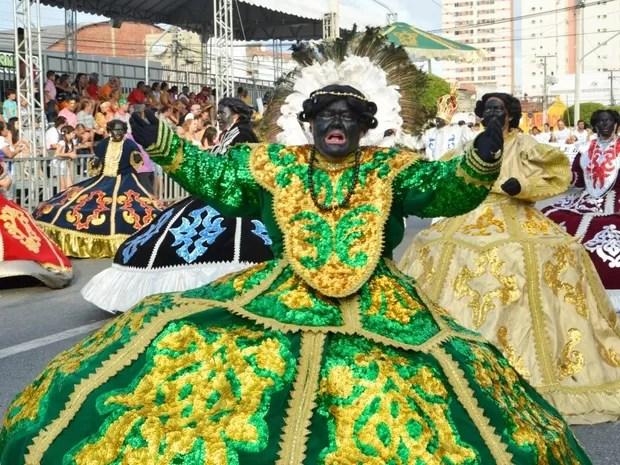 Quatorze maracatus desfilaram na Av. Domingos Olímpio no domingo (Foto: Mariana Parente/PMF)