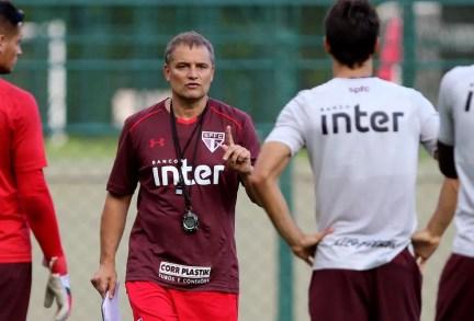 Diego Aguirre poderá usar três zagueiros contra o Rosario (Foto: Rubens Chiri / saopaulofc.net)