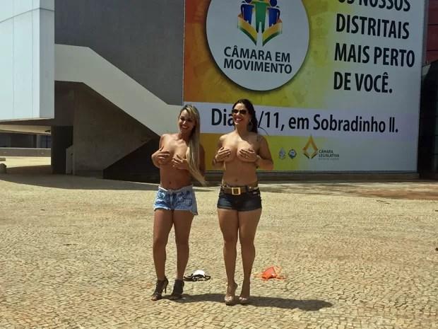 Mulheres protestam em frente à Câmara  (Foto: Jéssica Nascimento/G1)