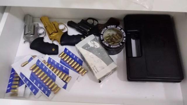 Armas de fogos apreendida pela Polícia Federal durante a Operação Grande Família — Foto: Divulgação/ Polícia Federal