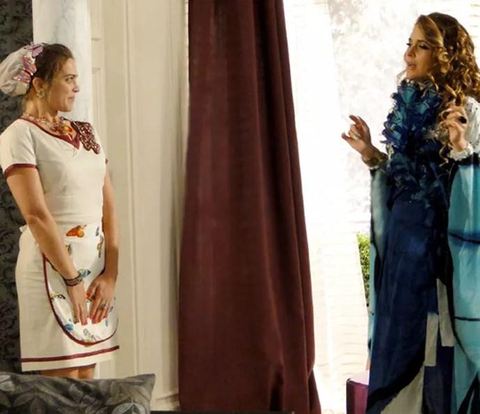 Socorro se aproveita da situação e garante vaga como empregada da Chayene (Foto: TV Globo)