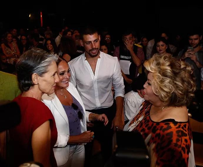 Cassia Kis e Susana Vieira tietam Alcione após a apresentação surpresa da cantora (Foto: Raphael Dias/TV Globo)