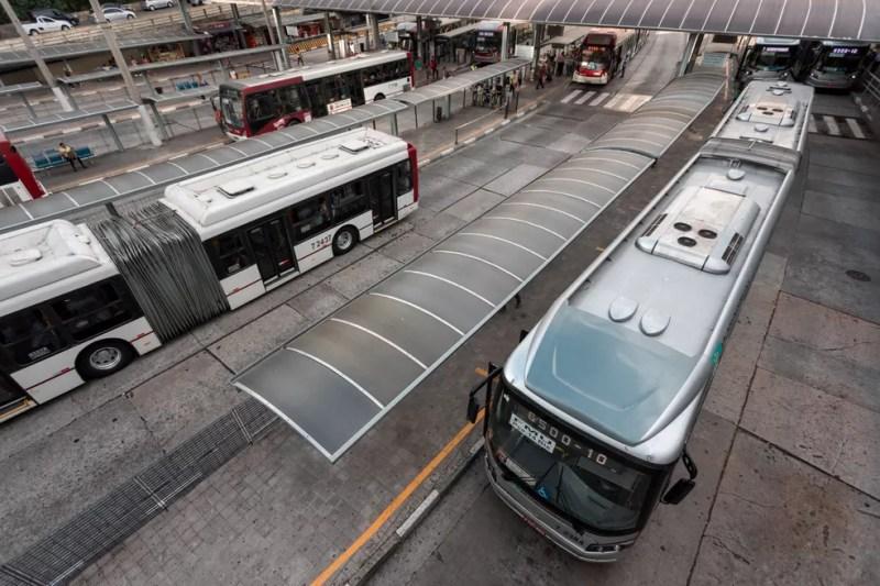 Ônibus circulam pelo Terminal Bandeira, no centro de São Paulo — Foto: Marcelo Brandt/G1