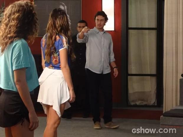 Laerte corta som da aula de dança e briga com Luiza (Foto: Em Família / TV Globo)