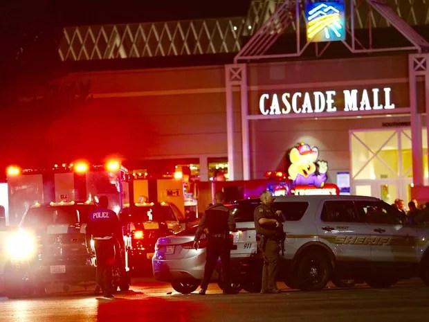 Policiais na área do shopping Cascade Mall, em Burlington (Foto: Dean Rutz / The Seattle Times / via AP Photo)