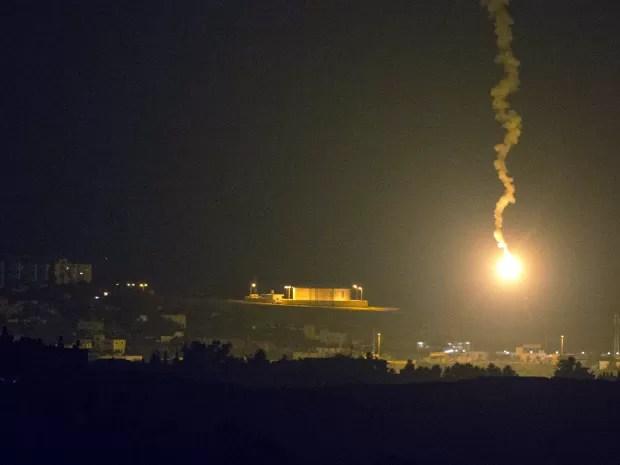 Foto da fronteira de Israel com a Faixa de Gaza mostra ataque aéreo iluminando o território palestino nesta segunda-feira (7) (Foto: Jack Guez/AFP)
