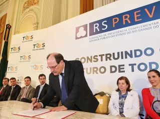 Governador do RS José Ivo Sartori assina ato que institui novas regras na previdência dos servidores públicos do estado (Foto: Luiz Chaves/Palácio Piratini)