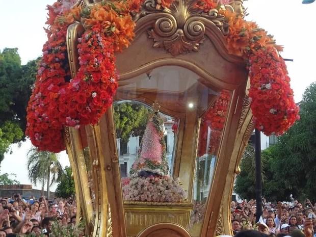 Berlinda já com a imagem de Nossa Senhora de Nazaré, pouco antes do início da romaria (Foto: Ingrid Bico/G1)
