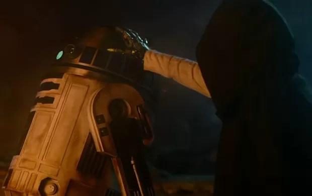Mão robótica não deixa dúvidas: esse encapuzado é Luke Skywalker. Mas é só isso que conseguimos ver dele por enquanto no novo'Star Wars' (Foto: Reprodução/YouTube/Star Wars)