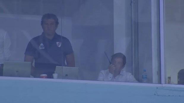 Além de ir a vestiário, Gallardo usou comunicador em cabine da Arena — Foto: Reprodução