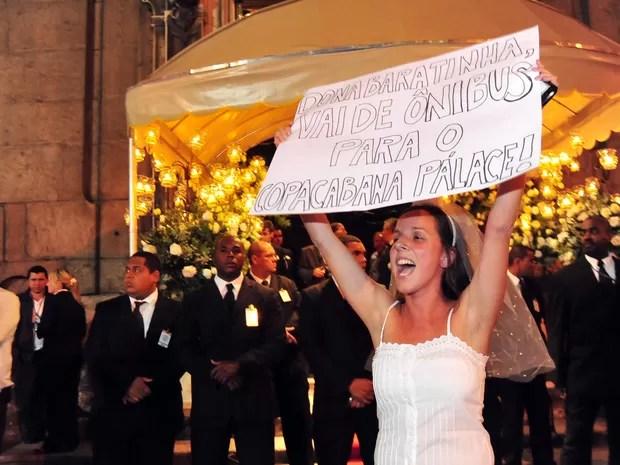 Manifestantes realizam protesto em frente à Igreja do Carmo, no centro do Rio, neste sábado, durante o casamento de Beatriz Barata, neta do empresário do setor de transporte da capital fluminense conhecido como Rei do Ônibus, Jacob Barata. Policiais milit (Foto: Luiz Roberto Lima/ Estadão Conteúdo)