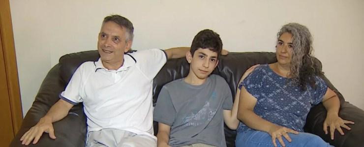 Família comemora aprovação de adolescente de 15 anos no ITA — Foto: TV Vanguarda/ Reprodução