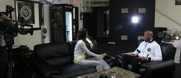 Karin Duarte entrevistou Anderson Silva em Los Angeles (Foto: Reprodução TV GLOBO)