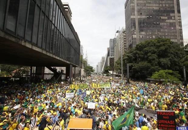 Os manifestantes tomam conta da Avenida Paulista (Foto: Sebastião Moreira/EFE)