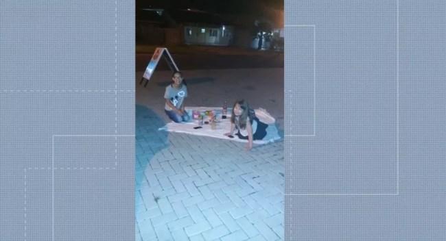 Sophia e amiga faziam um piquenique em frente a um salão de beleza quando o assaltante deu as facadas na menina — Foto: Reprodução/RPC