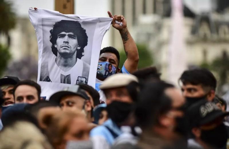Argentinos se despedem de Maradona; corpo é velado na Casa Rosada — Foto: RONALDO SCHEMIDT / AFP