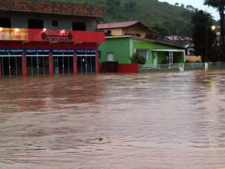 Chuva provocou alagamento e deixou famílias desabrigadas em Itamonte (MG) (Foto: Alex Vinicius Carvalho Mendes)