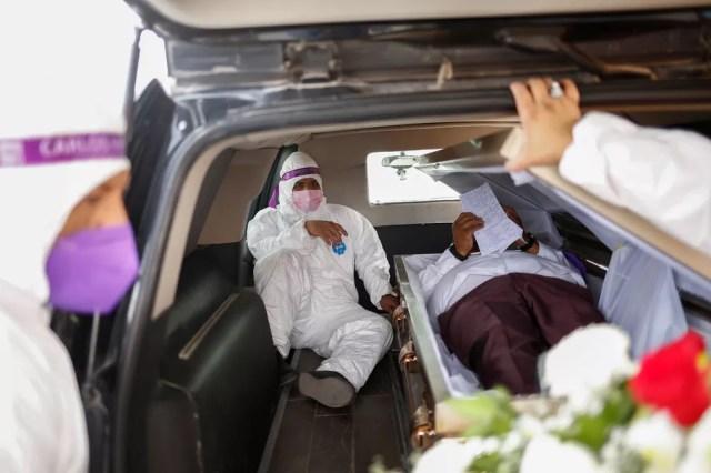 De dentro de caixão, candidato a deputado mexicano Carlos Mayorga participa de evento de campanha em Ciudad Juarez na terça-feira (6) — Foto: Jose Luis Gonzalez/Reuters