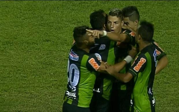 Jogadores do América-MG celebram gol contra o Boa (Foto: Reprodução / Premiere)
