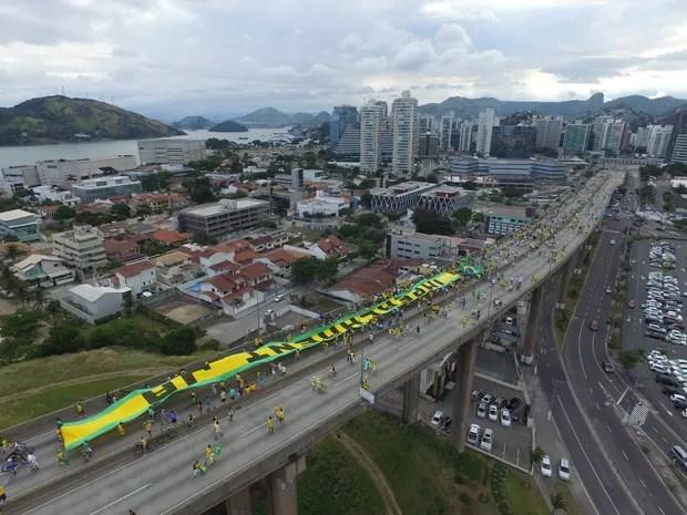 Faixa pede o impeachment da presidente Dilma, em protesto, na Terceira Ponte, entre Vitória e Vila Velha, neste domingo (13) (Foto: Secundo Rezende/ G1)