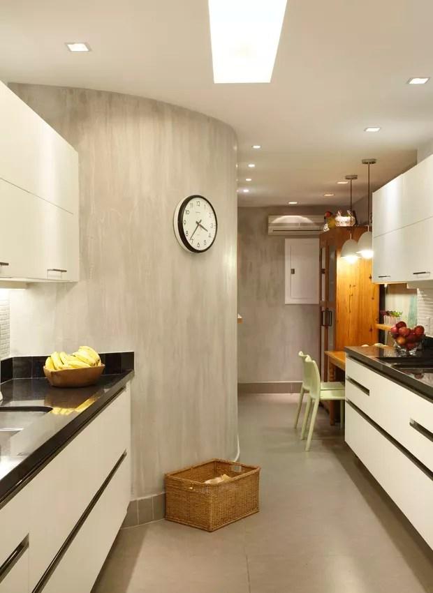 A cozinha da apresentadora Patricya Travassos tem parede curva revestida de Tecnocimento. Segundo a designer de interiores Paola Ribeiro, o cimento queimado remete à sensação de casa, mesmo tratando-se de apartamento (Foto: Denilson Machado/MCA Estúdio)