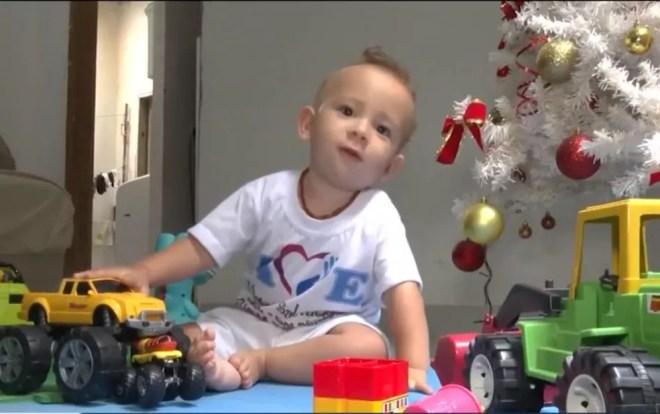Família de criança com atrofia muscular entra na Justiça para governo federal comprar remédio mais caro do mundo — Foto: Reprodução/TV Sudoeste