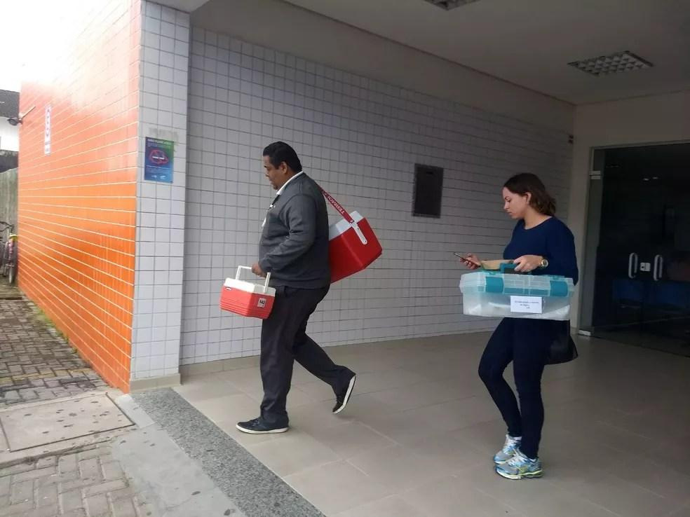Equipe da Central de Transplantes saindo do Hospital Regional do Litoral (Foto: Vanessa Rumor/RPC)