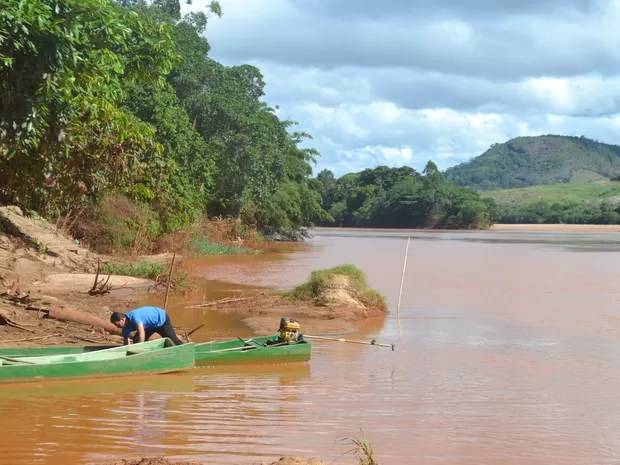 Pescador lamenta não poder tirar mais peixes do Rio Doce, no Espírito Santo (Foto: Viviane Machado/ G1)