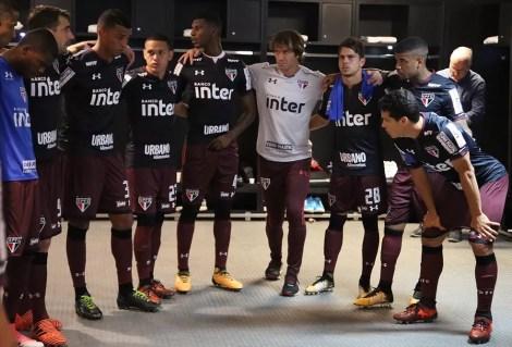 Lugano e o time do São Paulo antes do jogo contra o Flu: cobrança ocorreu depois (Foto: Rubens Chiri/saopaulofc.net)