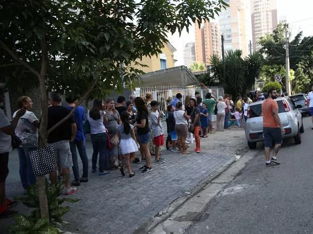 Fila de pessoas foram cedo a concessionária em busca de vacina de graça (Foto: RENATO S. CERQUEIRA/FUTURA PRESS/FUTURA PRESS/ESTADÃO CONTEÚDO)