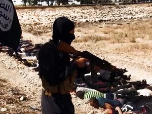 Uma imagem enviada em 14 junho de 2014 no site jihadista Welayat Salahuddin supostamente mostra militantes do Estado Islâmico do Iraque e do Levante (ISIL) durante uma execução de dezenas de membros das forças de segurança iraquianas capturados (Foto: AFP Photo/HO/Welayat Salahuddin)