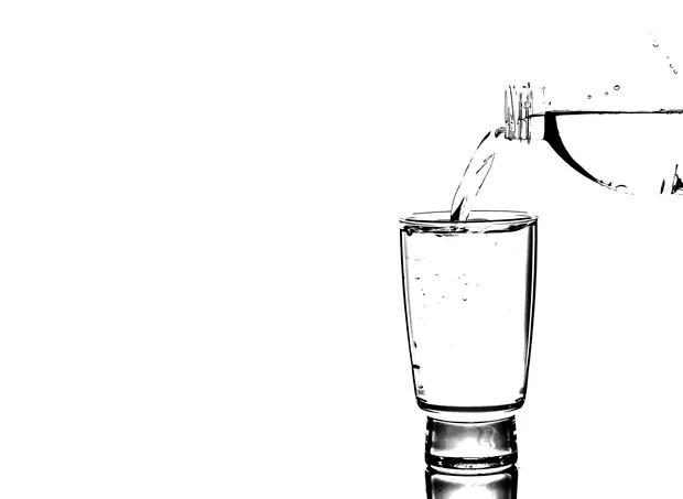 água hidratar hidrata hidratação copo garrafa  (Foto: thinkstock)