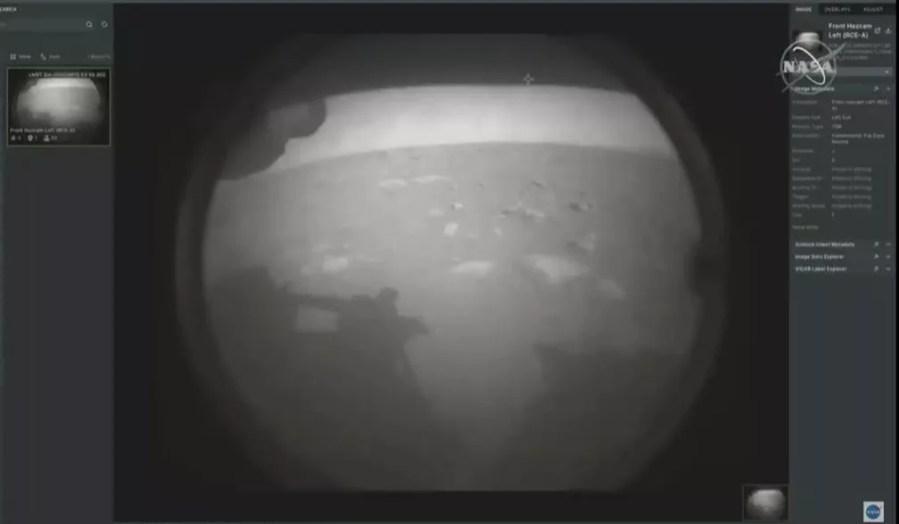 Primeira imagem de Marte transmitida pelo robô Perseverance, que pousou no planeta nesta quinta (18). — Foto: Nasa