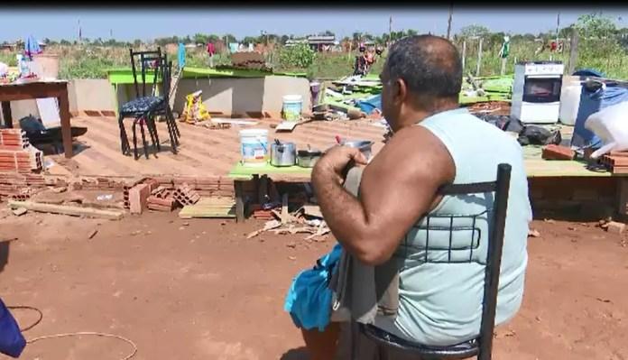 Miguel dos Santos perdeu móveis, um dos cachorros morreu e o outro ficou ferido após vendaval  — Foto: Reprodução
