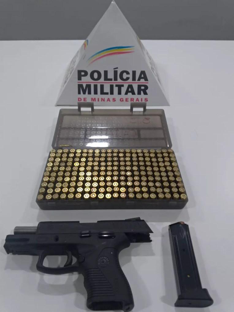 Arma e munições apreendidas — Foto: Polícia Militar/Divulgação