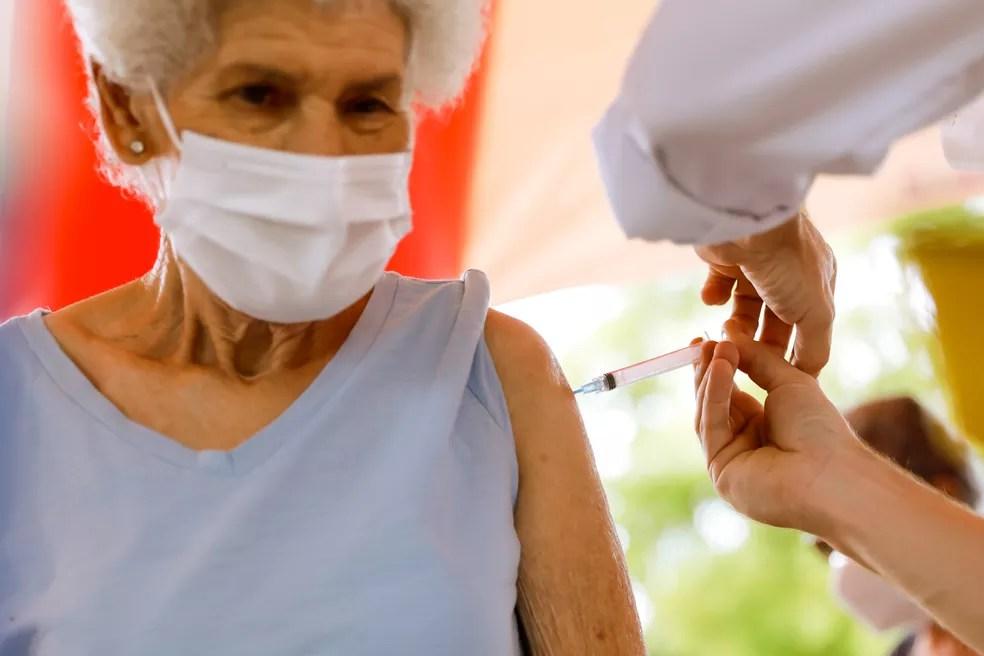 Idosa vacinada contra a Covid-19 em Porto Alegre — Foto: Alex Rocha/PMPA/Divulgação