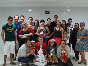Camila Rique, de chapéu de Papai Noel, celebra o Natal entre amigos estimular a união (Foto: Camila Rique / Arquivo Pessoal)