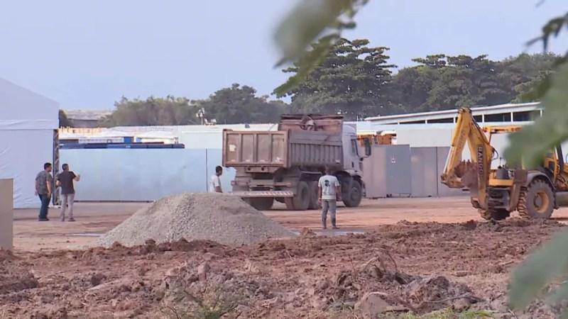 Operários trabalham em Nova Iguaçu — Foto: Reprodução/TV Globo