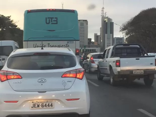 Carros parados em engarrafamento no Eixo Monumental em dia de jogo da Olimpíada (Foto: Gabriel Luiz/G1)