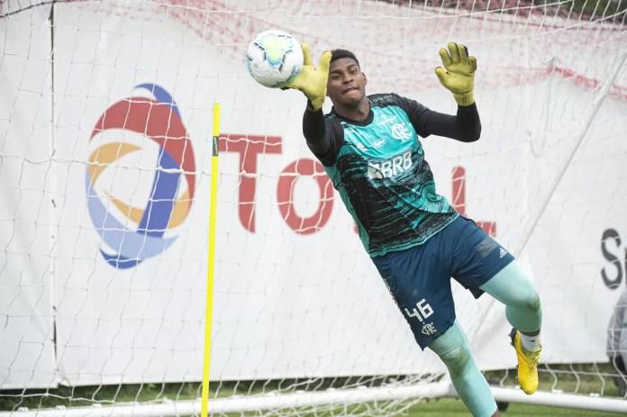 Hugo Souza esteve na mira do Boavista, de Portugal — Foto: Alexandre Vidal / Flamengo