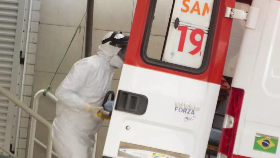 Ambulância chega ao Hospital Leonardo Da Vinci, unidade de referência só para doentes com coronavírus, no bairro Aldeota. — Foto: João Dijorge/PhotoPress/Estadão Conteúdo