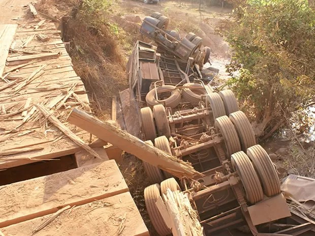 Carreta que caiu da ponte estava carregada de calcário. (Foto: Moises Inacio/Polícia Civil)