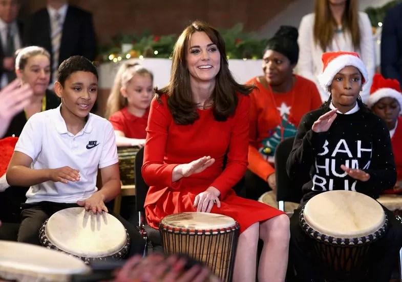 Kate Middleton toca percussão com crianças em evento natalino em dezembro de 2015 (Foto: Getty Images)