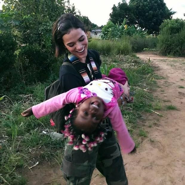 Bruna Marquezine em visita à Angola (Foto: Reprodução/Instagram)