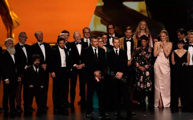O elenco e produtores de 'Game of thrones' recebem o prêmio de melhor série de drama, no 71º Emmy no Microsoft Theatre, em Los Angeles, no domingo (22) — Foto: Reuters/Mike Blake