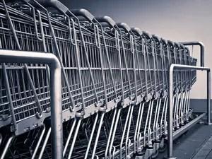 Carrinhos de supermercado enfileirados