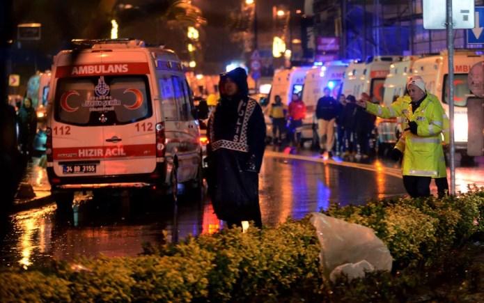 Médicos e oficiais de segurança são vistos do lado de fora do Reina, após ataque na madrugada de ano novo, em Istambul (Foto: IHA via AP)